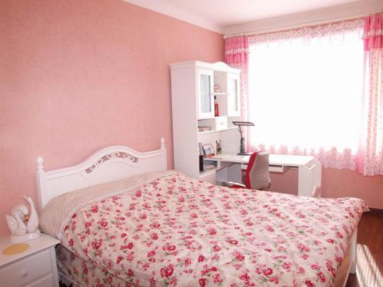 硅藻泥床头背景墙让卧室流光溢彩